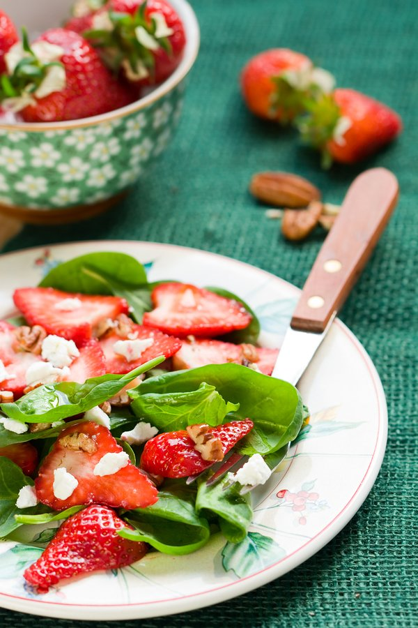 Spinach salad with strawberries,goat's cheese and pecan nut